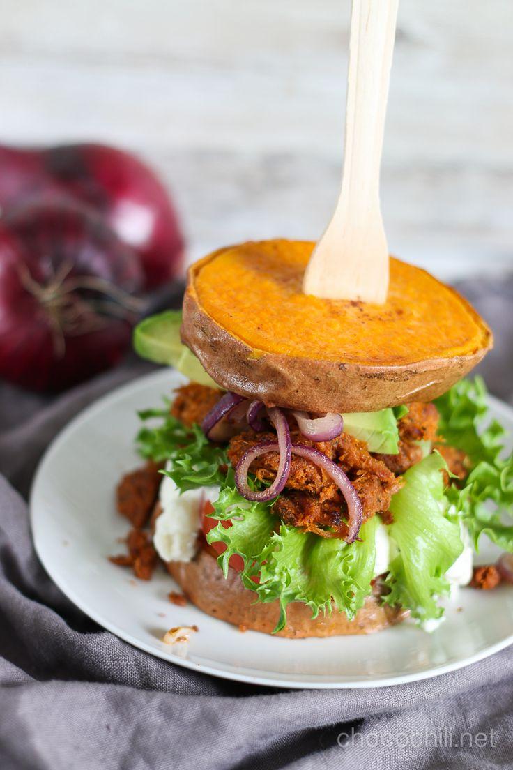 Vegan sweet potato burger with pulled oats // chocochili.net