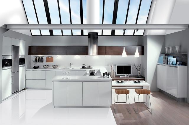 Cuisine design blanche sans poignées sublimée par une grande verrière.