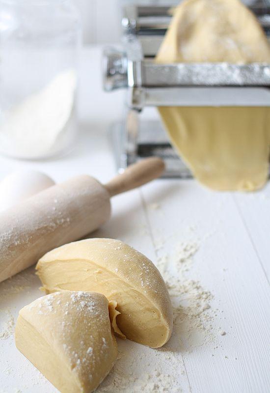 Pasta casera  De manera general, para preparar pasta casera calcularemos unos 100/125 g de harina por huevo mediano. No es necesario ningún ingrediente más, según dicen los puristas, ni siquiera sal, aunque yo le suelo poner un poco. Si queremos prescindir de los huevos, podemos hacer pasta fresca usando agua en su lugar, calculando unos 60 g de agua por huevo.