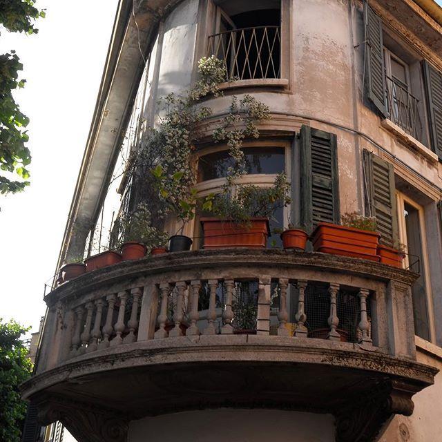 • ATTENZIONE CONTEST MOVING CULTURE • 📱📸 •••• Primo fotografia del nostro contest #balconiparlanti. Chi ci aiuta a cercare balconi per il prossimo post del nostro blog? ➡️➡️(LINK ATTIVO SUL NOSTRO PROFILO) •••• Tutti i balconi hanno una storia da raccontare😊😊Dai sfogo alla tua creatività e fotografa i balconi di Brescia!😀😀 •••• Hashtag ufficiali #balconiparlanti e naturalmente #atlantediviaggio e #movingculturebrescia •••• #contest #contestgram #contestgramoftheday #balconi…