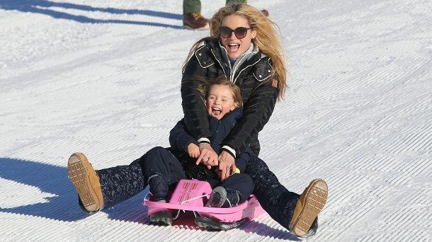 Michelle Hunziker und Töchterchen Sole beim Schlittenfahren in der Schweiz. (Quelle: Splash)