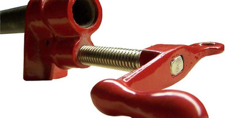 """Como fazer uma guia de corte para uma serra de mesa. Uma serra de mesa sem um guia de corte é tão útil quanto um carro sem direção. Há muitos cortes que podem ser feitos com um """"empurrão"""" ou uma medição com mitra, mas para cortar pedaços de mesma largura, ou painéis - os dois usos mais comuns para as serras de mesa - você vai precisar de um guia de corte. Esse guia é colocado no topo da serra, ..."""