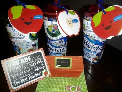 Cadeau fin d'année pour les enseignants des enfants :  Des verres à infuser des fruits, de l'eau fruité santé...  pour les petits cadeaux: les verres sont rempli de mini paquet de bonbons le tout accompagné d'une carte en forme de pomme (www.colourmethere.com) et d'une carte en scrapbook! Bonnes vacances!!