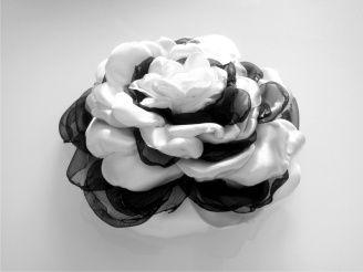 spilla clip rosa di raso bianco e organza nera
