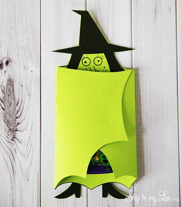 """Carte """"à bras"""" en forme de sorcière pouvant contenir un petit sachet de bonbons…"""