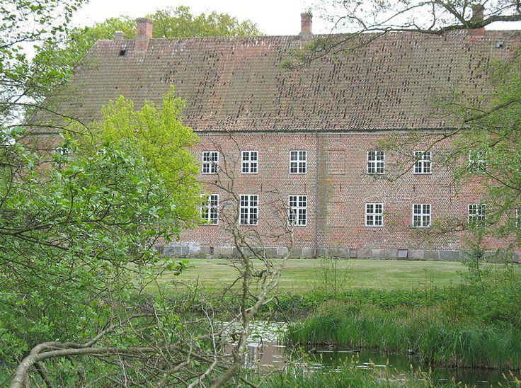 Gammel Ryomgård Gods, hovedgård på Djursland 24 km vest for Grenaa.