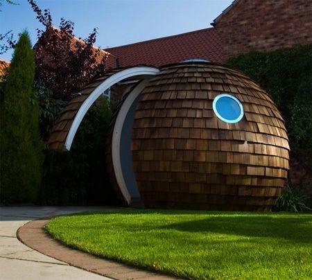 Archipod heeft geprobeerd om het concept van een traditioneel kantoor aan huis opnieuw uit te vinden door een moderne werkruimte te creeren voor in de achtertuin.