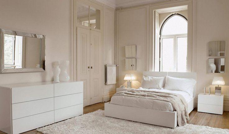 lit deux places, commode blanc neige, tapis shaggy et sol en parquet massif