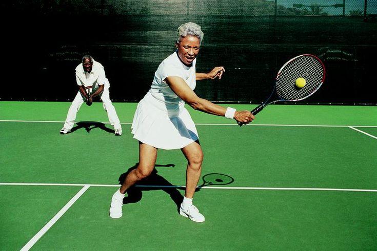 Qué causa  dolor muscular en la zona lumbar y caderas cuando se juega al tenis. Cuando se trata de prevenir las lesiones recurrentes del tenis, conocer la causa de tu dolor es la mitad de la batalla. Tirar golpes de fondo pone mucho estrés rotacional en los músculos de la cadera y en los músculos ...