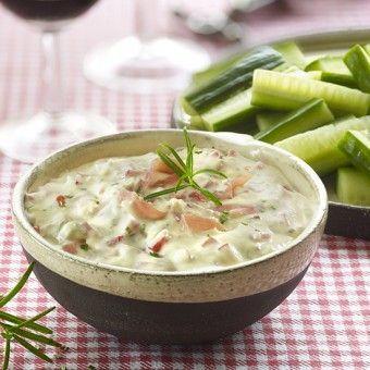 Gemakkelijk recept voor Italiaanse dipsaus met ham, kruidenkaas, rozemarijn en paprika. Heerlijk met komkommerstaafjes!