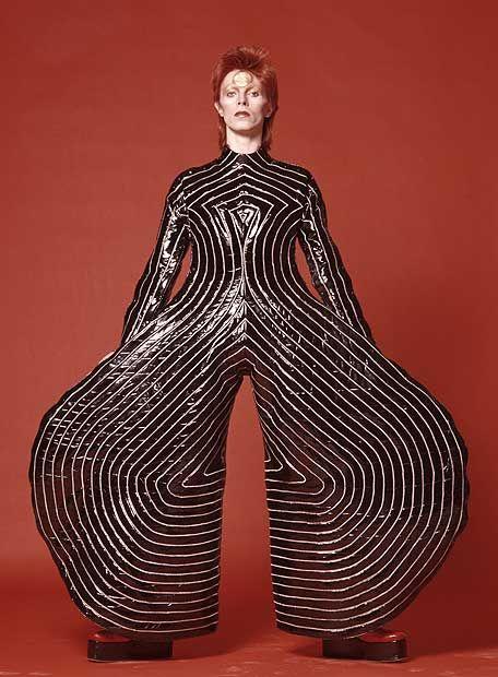 David Bowie, em 1973, vestido por Kansai Yamamoto. Veja também: http://semioticas1.blogspot.com.br/2013/03/bowie-no-museu.html                                                                                                                                                      Mais