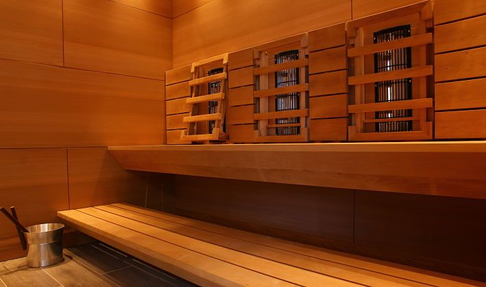 Beautiful cross over sauna room - use the infra panels with adjustable backrests or utilise the heater to bathe in a traditional sauna