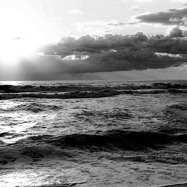 O mare nere o mare nero tu eri chiaro e trasparente come me! #luciobattisti #si #referendum #notriv #mare #sea #water #ocean #wave #horizon #sun #summer #nature #sunset #landscape #sunsetporn #bw #blackandwhithe #black #white #landscape #monocrome #monoart #bw_lover #picoftheday #igers #tbt #instagood #photography #manumarra