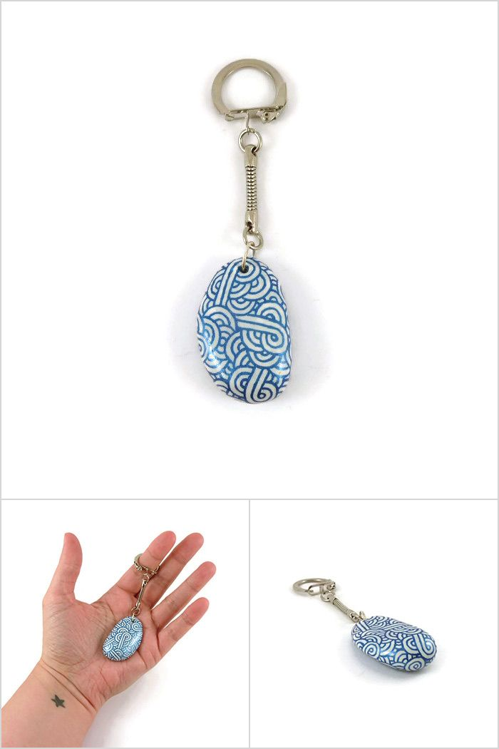 b3d6c959ce5 Porte-clé ou bijou de sac réalisé à partir d un petit galet peint aux  volutes bleues roi métallisées et blanches - Modèle unique créé par   savousepate ...