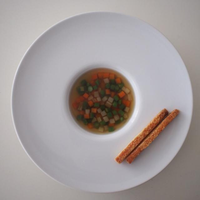 学校で作ったスープをお持ち帰り。とても手間と時間が掛かりましたがその分美味しい! - 39件のもぐもぐ - 野菜コンソメ パイエット添え by 209Kitchen
