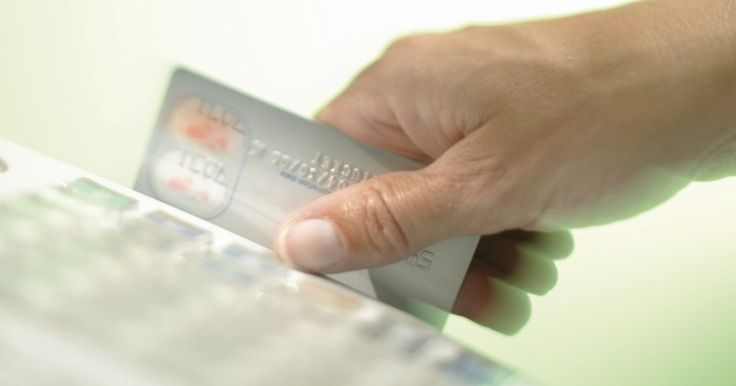 Leis que regulam o roubo de cartões de débito. Você pode usar um cartão de débito - um cartão multifuncional e um cartão de crédito combinado - para fazer compras na maioria dos supermercados, lojas e lojas online. O cartão de débito funciona como um cartão de crédito, mas o dinheiro vem diretamente de uma conta corrente. Você pode usar o chip de seu cartão de crédito ou assinar um comprovante ...