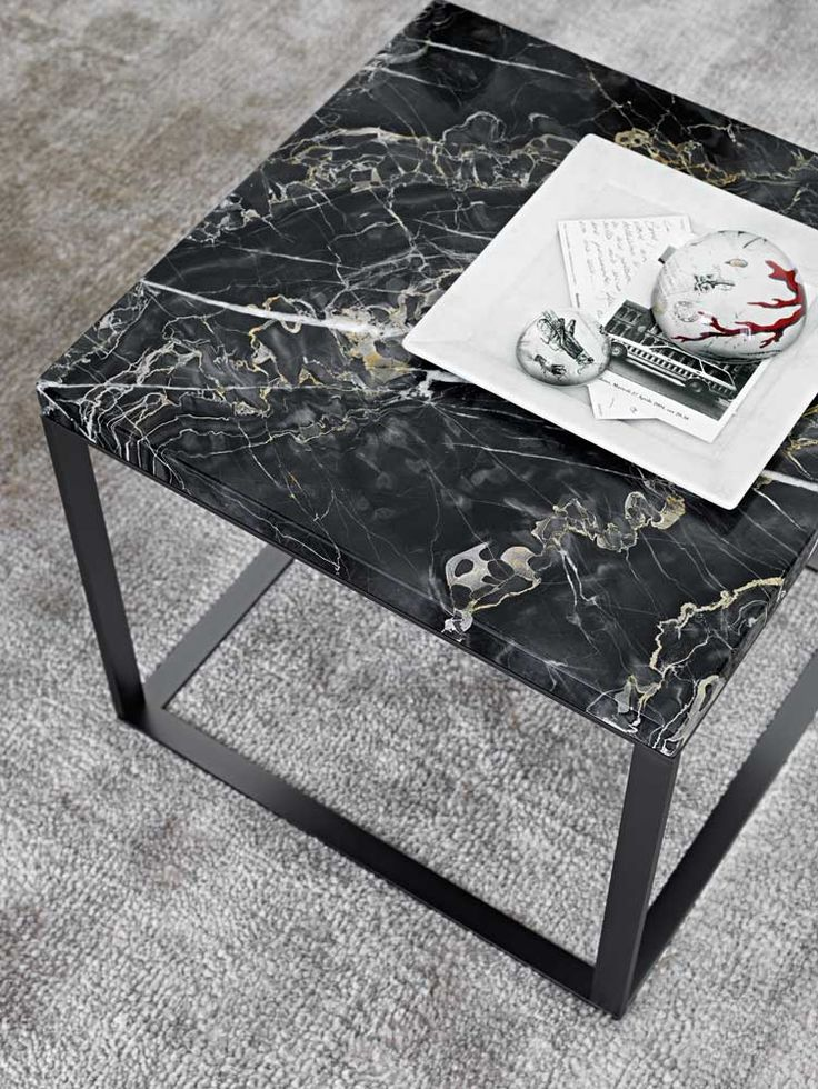 Small tables: LITHOS – Collection: Maxalto – Design: Antonio Citterio