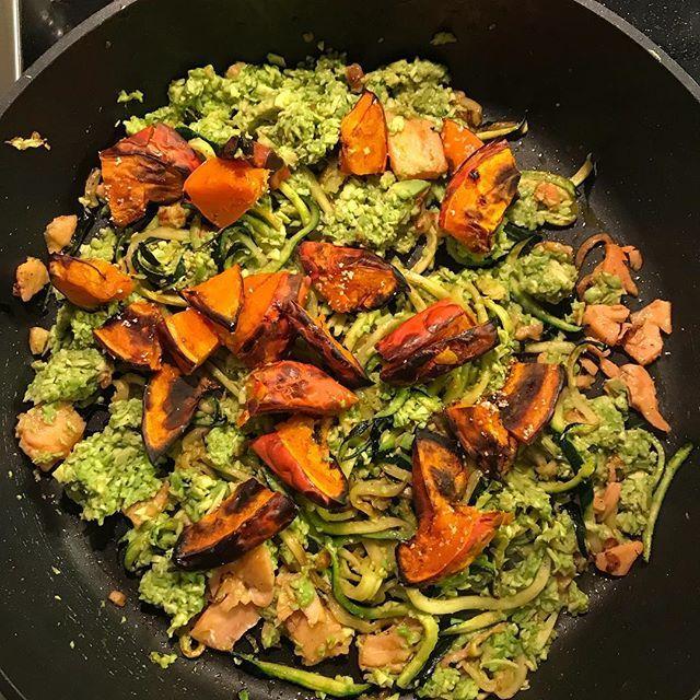 Zeit fürs Abendessen: für mich gabs es diesmal #zoodels mit Avocado, Ofenkürbis und Räucherlachs 😍 Mehr #lowcarb geht nicht!  #isarkitchen #foodblogger #foodblogger_de #foodblogger_muc #mit💛gemacht #ichliebefoodblogs #foodgasm #foodgasmde #food_glooby #yougottaeatthis #foodie #delicious #nomnomnom #yummy #foodpic #cooking #rezeptbuchcom  #foodblogfeed #followme #foodpics #igfood #germanfoodblogger #buzzfeast #foodstagram #vscofood #dinner