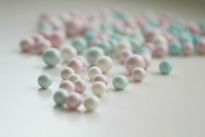 How to make your own sugar pearls (in another language - I'd say basically it's fondant/gumpaste mix dipped in luster dust?)
