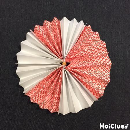 折り紙で楽しむ、お花の和ガーランド。 和風だからこそ、お正月やひな祭り、こどもの日などのイベントにももってこい!? 自由に色を組み合わせて、お部屋を飾りつけよう!