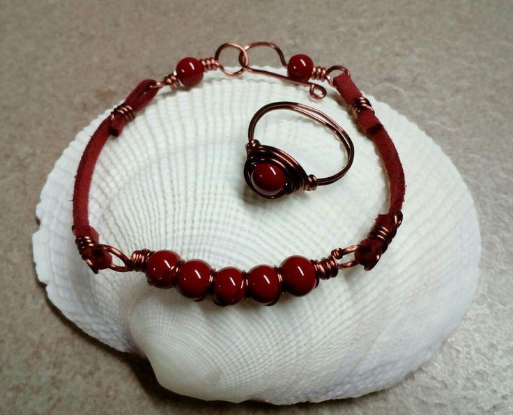 Βραχιόλι και δακτυλίδι σε μπορντό και αντικέ χάλκινες αποχρώσεις με κόκκινο σουέιντ κορδόνι