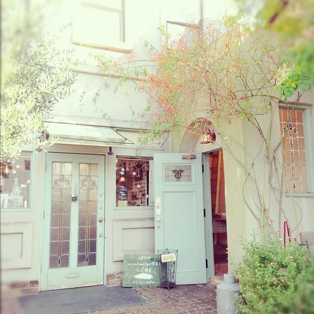 蔓性の赤い実がかわいかったお店 cake & antique shop.