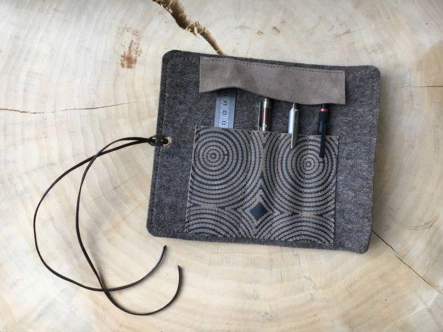 Unsere Stifterolle aus Designfilz und Wildleder bietet Fächer für Stiften und Kugelschreiber. Geschlossen wird das Etui mit einem  Lederband.  Wir fertigen diese Stifterolle in unterschiedlichen...