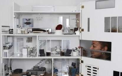 Una casa di lusso in miniatura per le bambole - Una casa per le bambole attrezzata come se si trattasse di una casa vera. Un dimora di estremo lusso che i collezionisti di bambole non potranno assolutamente perdersi