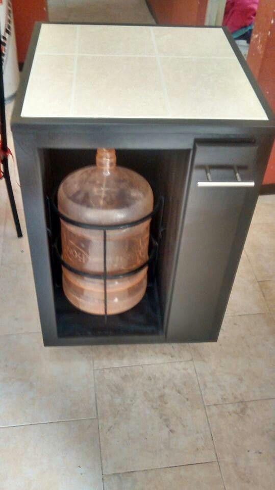 Mueble para garrafón de agua con cajón especiero vertical.
