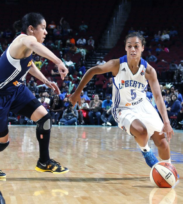 Leilani Mitchell, who scored 16 points off the bench as the Liberty defeated the Sun, tries to drive past Connecticut's Kara Lawson.