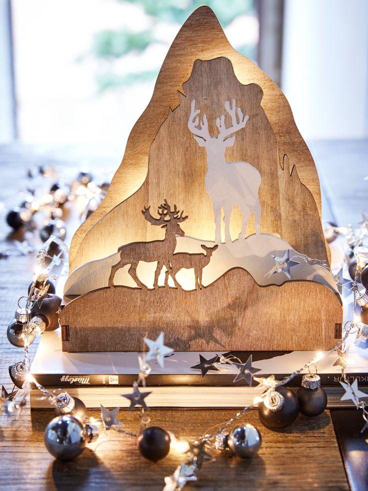 LED-Leuchtobjekt, Holzplatten in unterschiedlichen Farben und Strukturen, wunderschön arrangiert zu einer weihnachtlichen Szenerie.
