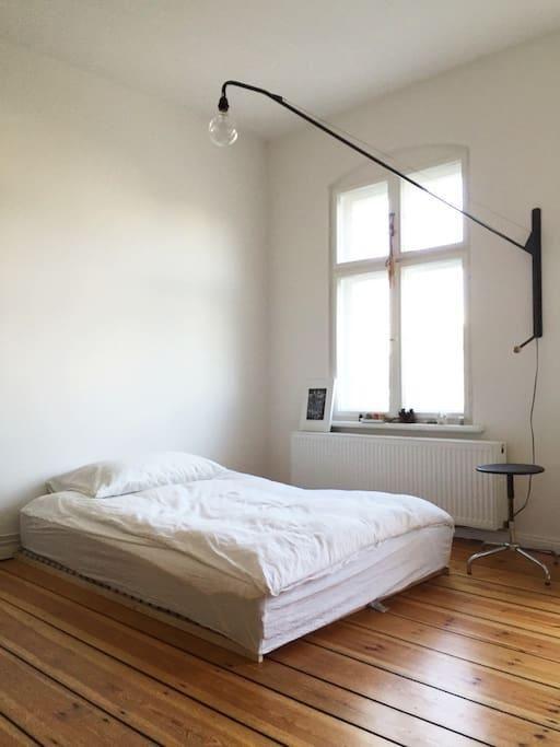 Die besten 25+ Minimalistisches bett Ideen auf Pinterest Bett - schlafzimmer mit metallbett