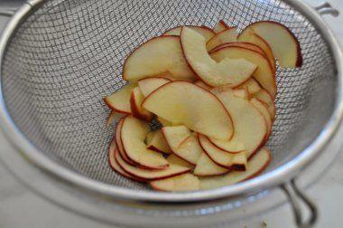 Möchtest Du mal eine andere Nachspeise servieren? Oder die Familie kommt zum Kaffeetrinken vorbei? Schau Dir schnell dieses Rezept an. Die Apfelröschen selber machen ist gar nicht so schwer. Auch nicht für Nicht-Profis! Deine Gäste werden staunen beim Anblick dieser wunderschönen und leckeren Apfelröschen aus dem Ofen! Wir wünschen gutes Gelingen! Zutaten: – TK Blätterteig …