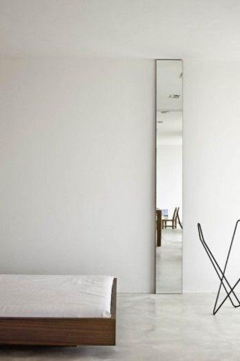 天井まで届く、高さのあるスタイリッシュな鏡も素敵。