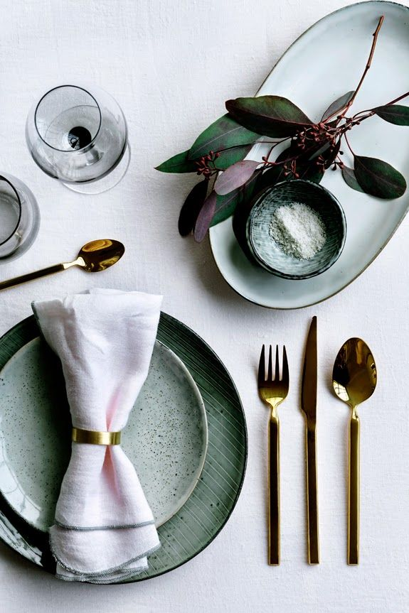 Beautiful color and love the mixing of plate sizes. Utensils are gorgeous too!  milo and mitzy: Summer Entertaining