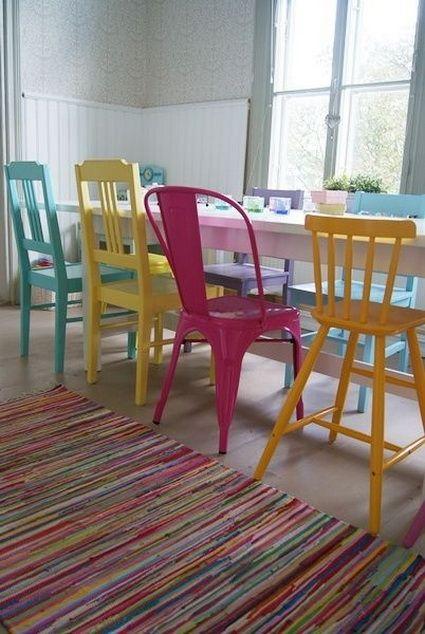 Des chaises de toutes les couleurs dans la salle à manger ! #dccv # ...