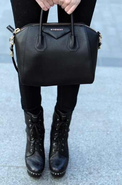 .: Chanel Handbags, Biker Boots, Black Bags, All Black, Design Handbags, Black Pur, Black Leather Bags, Design Pur, Givenchy Bags