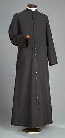 50 años después, sacerdotes jóvenes retoman la sotana que sacerdotes viejos desecharon... para parecer jóvenes