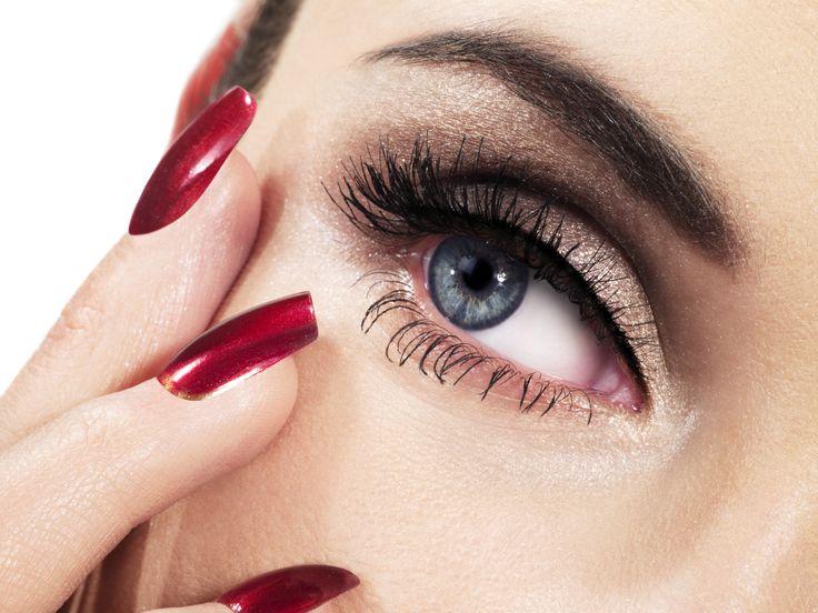 Daca si tu cauti un machiaj de seara pentru ochi albastri, care sa te avantajeze si care sa iti scoata ochii in evidenta, apeleaza la un fard de pleoape in nuante pamantii de tipul acestui bronz metalizat, in tonuri mai inchise spre coada ochiului si mai deschise (cu subtonuri de auriu) spre baza. Pentru un accent mai puternic, foloseste un eyeliner negru cu care poti contura pleoapa superioara. Fie ca il vei alege ca machiaj de ocazie sau chiar ca un machiaj de revelion, il poti purta cu…