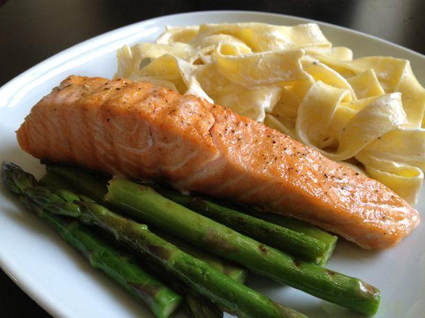 Platte buik recepten: gegrilde zalm, groene asperges en courgettes