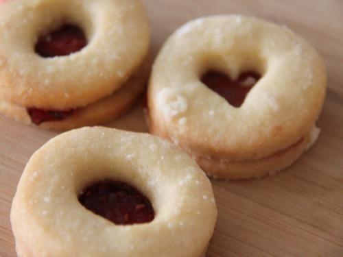 Linzeraugen. Yummie. Ein Thermomix Rezept zum verlieben und immer wieder machen. Weihnachtsbäckerei und Kekse, wie sie sein müssen. http://www.meinesvenja.de/2011/12/16/ninas-kekse-sind-die-besten/