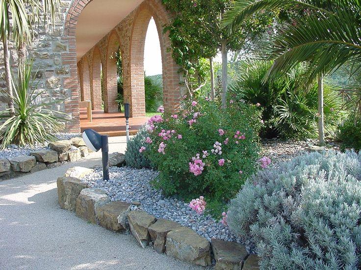 Archi e volte, zona ombra. #relax #agriturismo #esterno #giardino #relais #ombra #mifermoqui #cosebelle #riposo #archi #volte