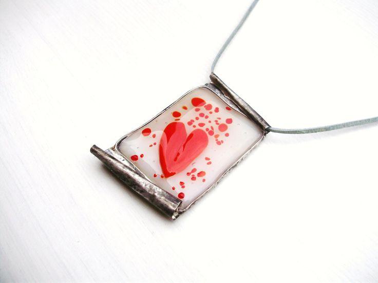 Love-Letter Šperk byl vytvořen do soutěže klubuTvoříme šperky z cínu na téma:Posel dobrých zpráv. Přívěsek znázorňuje milostný dopis - listinu. Hlasovací blog zde:http://www.fler.cz/blog/jak-to-vidi-cinarky-29-kolo-24819 ___________________________________________________________ Autorský cínovaný přívěsek, s fusingovým sklíčkem s motivem srdce. Leštěn, ...