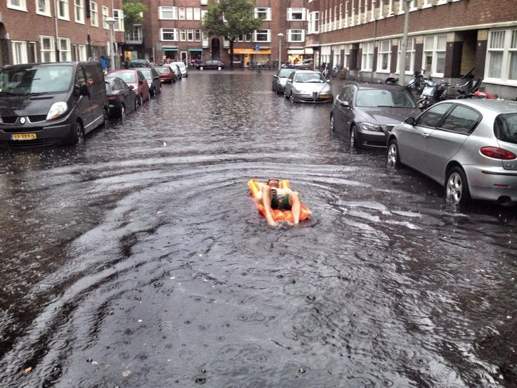 RT@RuSt Er neemt hier iemand de naam Rivierenbuurt heel serieus #wateroverlast #amsterdam #luchtbed pic.twitter.com/dQgAJ7Alo2 via @TakkieWeer2