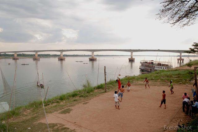 Pont Kizuna, Kampong Cham - Cambodge. Ce pont a été construit grâce au financement du Japon.