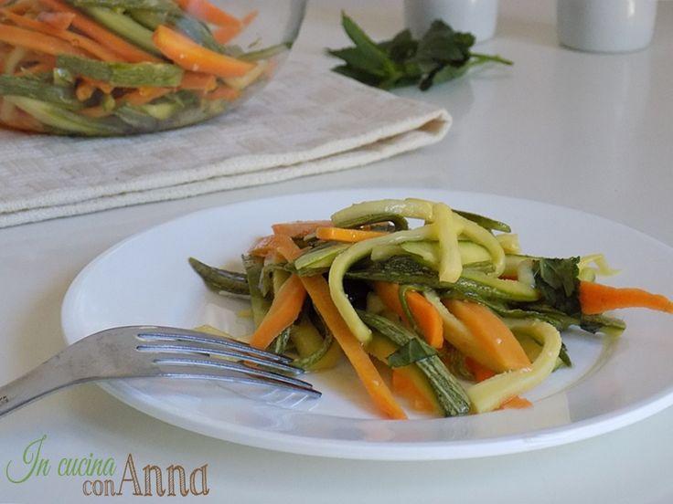 Bastano pochissimi ingredienti e giusto il tempo della marinatura avrete delle zucchine e carote marinate sane e gustose perfette anche per chi segue una dieta vegetariana o vegana...