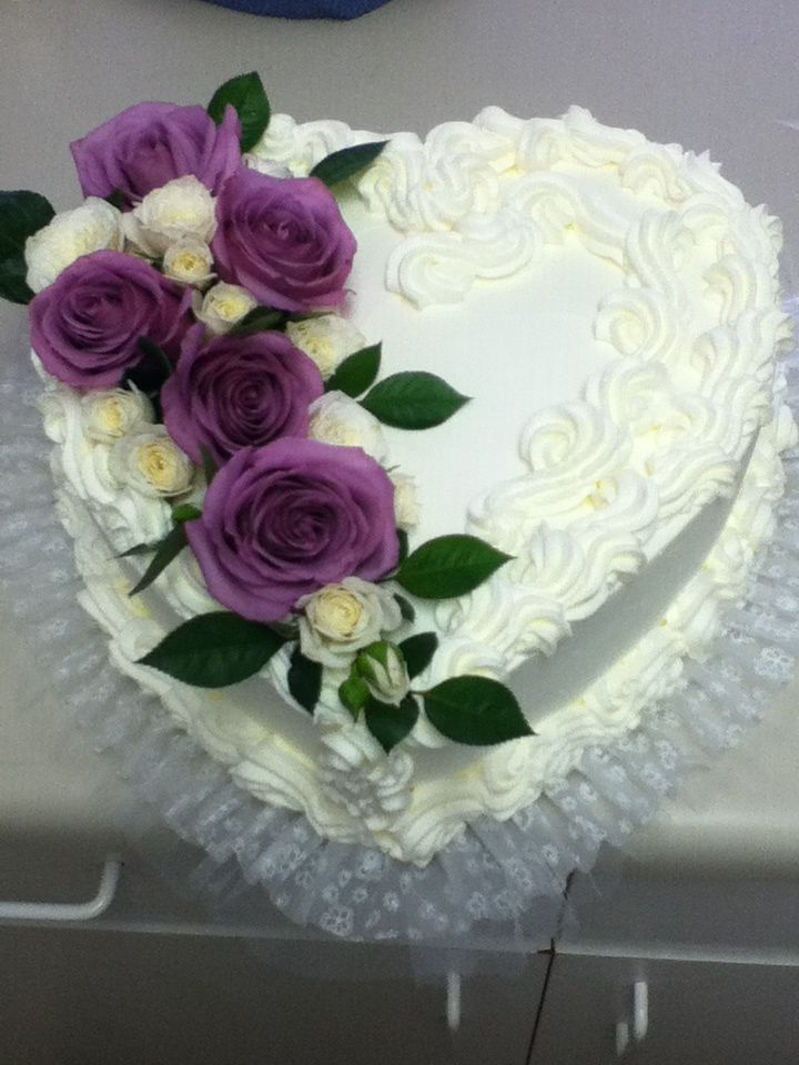 Heart shaped wedding cake with fresh flowers