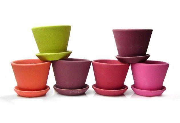 Buongiorno amici positivi che ne dite di colorare i vecchi vasi in terracotta con colori sgargianti e divertenti?Questa è un idea semplice e positiva