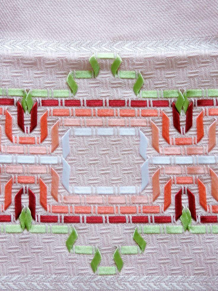 Bordado em FITA, feito a mão pela artesã Cristina Panontin Bordado em fita branca rosa, vermelha e verde Pano na cor rosa da marca Estilotex (ótima qualidade) Tipo de tecido: 100% algodão Dimensão da toalha: 47 x 72cm Marcas de dobras indicam a goma do tecido novo.