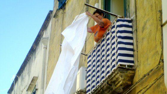 Campane a lutto e lenzuola bianche ai balconi, la piccola isola di Procida dice no al ridimensionamento dell'ospedale